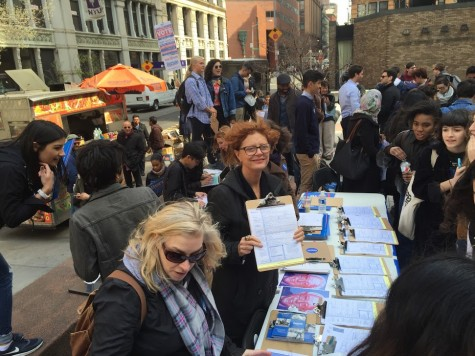 Susan Sarandon helped NYU students register to vote on Thursday in the Stern plaza.
