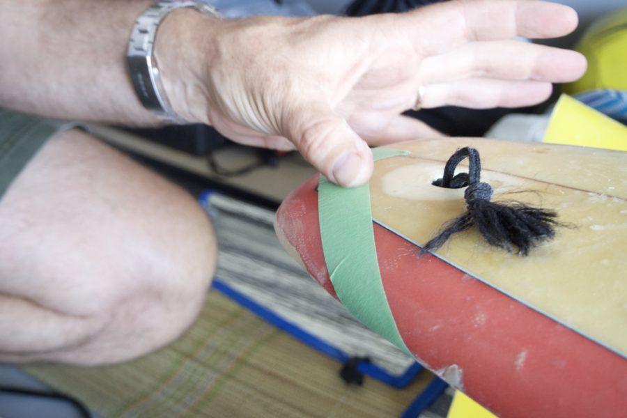 リペア箇所にマスキングテープでガラスクロス を取り付ける