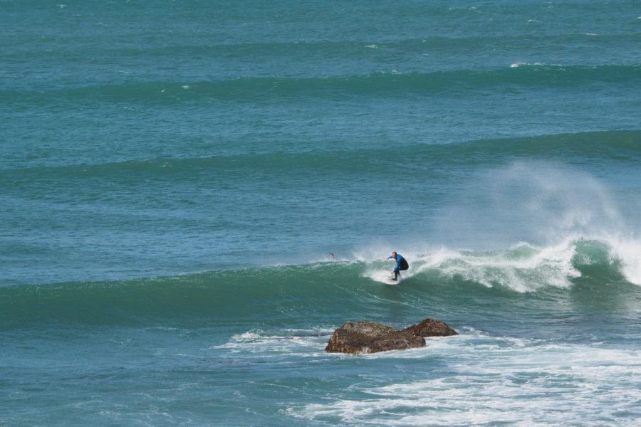 リーフブレイクでのサーフィンには危険が伴う