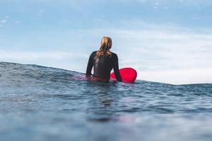 サーフィンに最も適した髪型がスキンヘッドか坊主である理由【メンズ編】