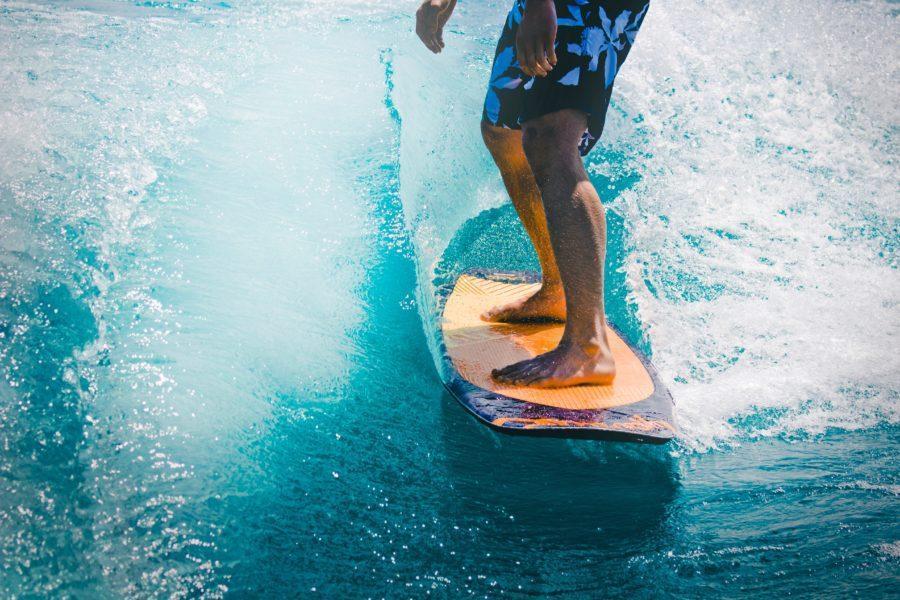 軽いサーフボードは、浮力が高く、小さい波に適している。
