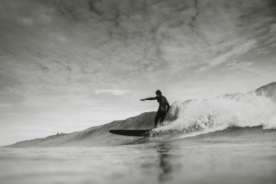 波という斜面を降りて行くのがサーフィン