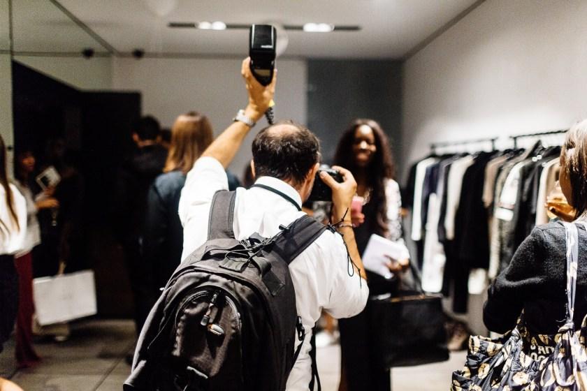 Un photographe au travail pendant la Vogue Fashion Night le 16 septembre 2014 à Paris.