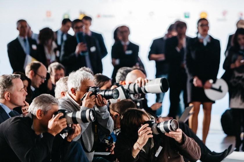 Des photojournalistes au travail lors d'une conférence de presse à Paris le 16 octobre 2015.