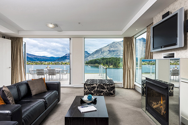 hotel with living room mirrors decorative queenstown ski resort apartments at oaks club 3 bedroom big sky tv leather couches fireplace and