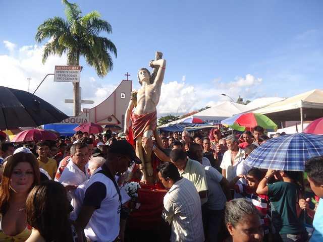 Milhares devotoa de São Sebastião acompanharam a imagem durante a procissão pela principal Avenida da cidade - Fotos: Almir Andrade