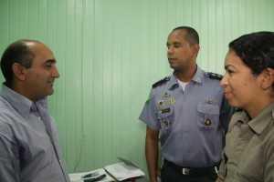 Everaldo com o comandante da PM do 10º Batalhão e a Tenente Crisitiane em seu gabinete - Foto: Alexandre LIma