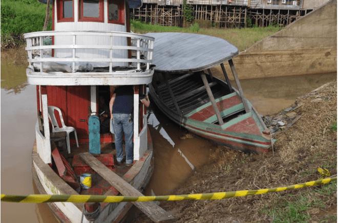 Corpo foi localizado debaixo de um barco e resgatado por homens do Corpo de Bombeiro