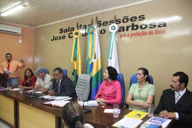 Mesa diretora com vereadores e convidados durante a Sessão Extraordinária