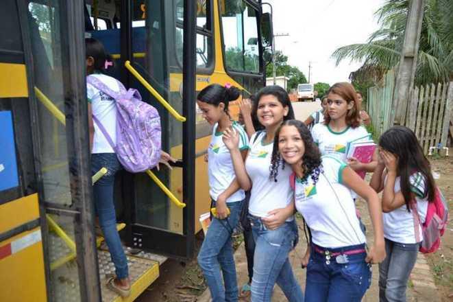 Alunos comemoraram o transporte disponibilizado pela prefeitura de Epitaciolândia - Foto: Wesley Cardoso