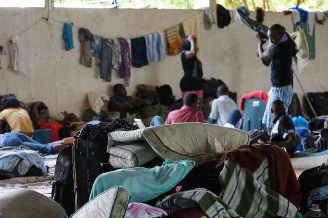 A presença de haitianos em situação ilegal em Iñapari, no Peru, divide opiniões. Os moradores de Iñapari e da cidade brasileira vizinha, Assis Brasil, afirmam que os haitianos se recusam a trabalhar. No entanto, muitos consideram que a situação precária em que vivem há quase quatro meses, sem comida, água e energia, não pode continuar - Foto: Alexandre Lima