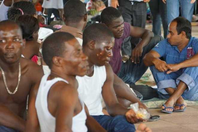 Em Brasileia (Acre), cerca de 200 haitianos aguardam visto provisório para trabalhar no país. Eles vivem em condições precárias, e se alimentam de doações - Foto: Alexandre Lima