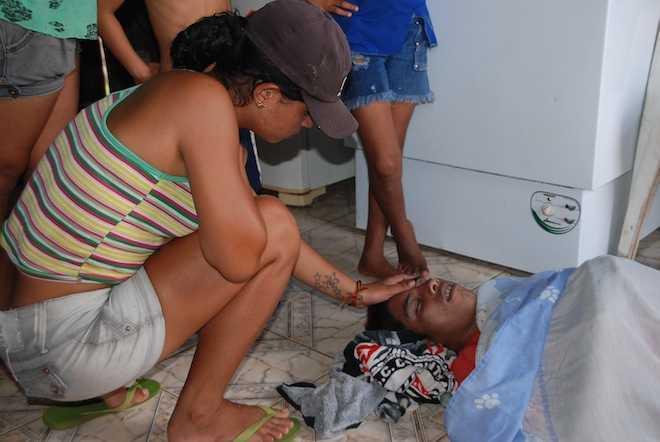 Familiares e terceiros encontraram o corpo de Raí dos Santos Ferreira (18), horas depois - Foto: Marcus José