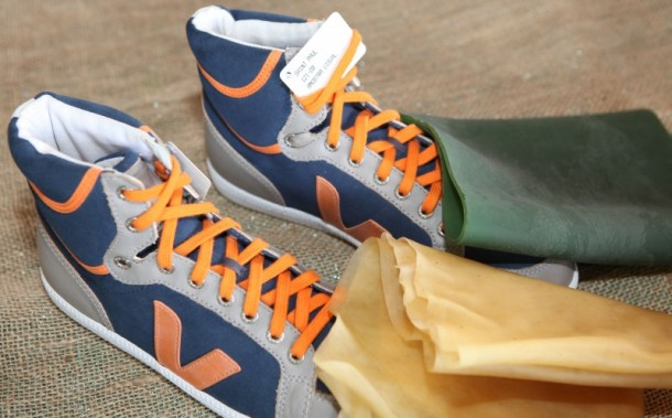 A borracha produzida pelos seringueiros da Reserva Extrativista Chico Mendes, em Assis Brasil, é a base da matéria-prima utilizada pela empresa francesa Veja na confecção de calçados (Foto: Sérgio Vale/Secom)