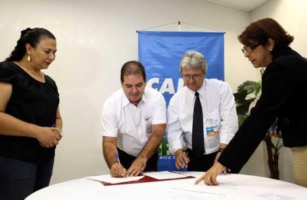 O governador Tião Viana assinou na manhã desta quinta-feira, 4, com a Caixa Econômica Federal contratos para a execução de R$ 17 milhões em obras na área de saúde (Foto: Sérgio Vale/Secom)