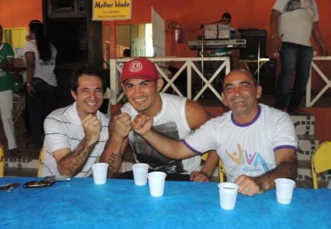 Marcinho Miranda (e), juntamente com o lutador de MMA convidado, Francimar 'Bodão' (c) e o prefeito de Brasiléia, Everaldo Gomes - Fotos: Assessoria.