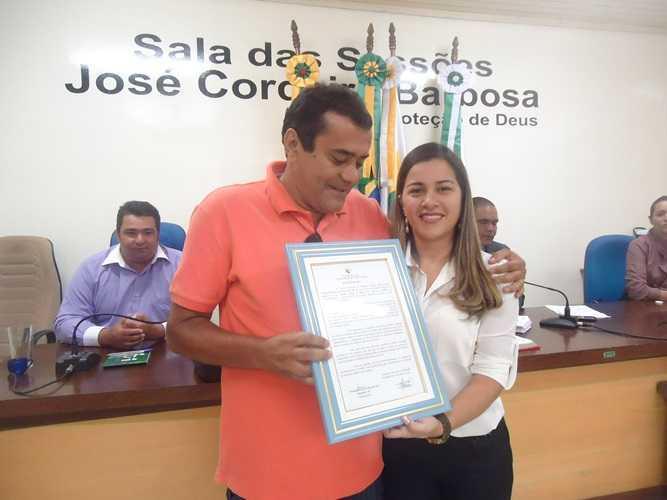 Damiao Borges recebe hoemenagem da Vereadora Fernanda Hassem - Foto: Almir Andrade