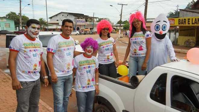 Secretário e funcionários passaram pelos bairros de Epitaciolândia para alertar sobre a campanha nacional contra a poliomielite - Fotos: Alexandre Lima