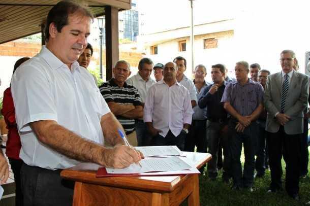 O governador Tião Viana assinou na manhã desta quarta-feira, 5, ordens de serviço para a construção de novos tanques de piscicultura (Foto: Gleilson Miranda/Secom)
