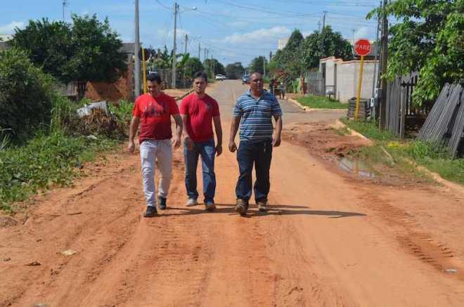 Vereadores Benedito Lima (PMDB), Marivaldo Oliveira (PMDB) e o Presidente da Câmara, Mário Jorge (PSB), visitaram o Bairro Alberto Castro - Foto: Assessoria