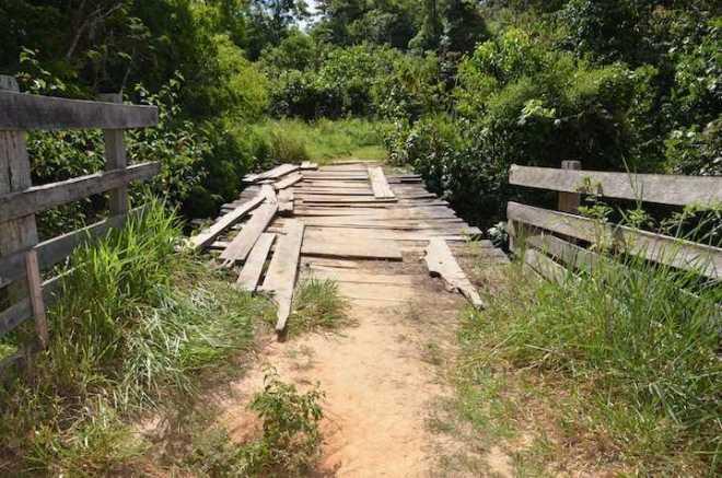 Situação de ponte estava impedindo alunos de irem à escola.