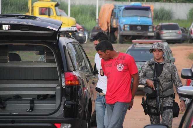 Momento em que o Aurino era conduzido a uma viatura para ser transferido ao presídio de Rio Branco sob forte escolta - Fotos: Alexandre Lima