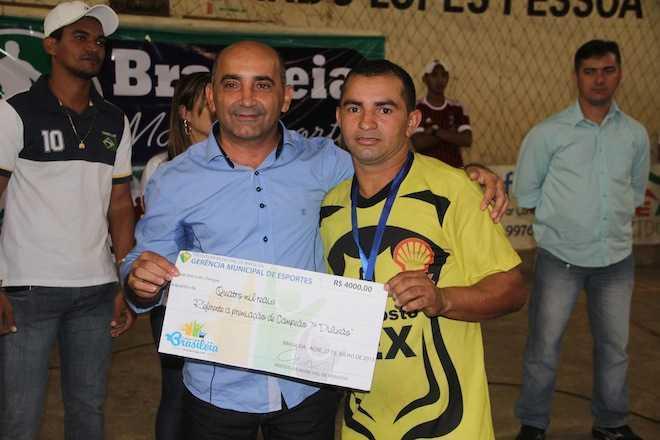 Prefeito Everaldo Gomes entrega prêmio ao capital do time BEX, pelo campeonato de 2013 - Foto: Alexandre Lima