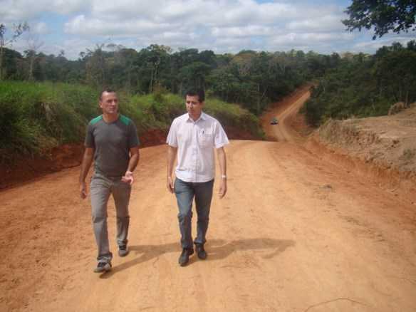 O prefeito Betinho e seu vice, Zé do Posto durante vistoria da abertura de ramais, em Assis Brasil/Fotos: Wania Pinheiro