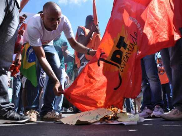 Manifestante queima a bandeira da Juventude petista, em frente ao Terminal Urbano/Foto: Agência ContilNet