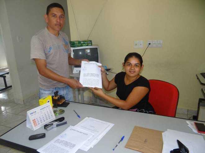 Vereador Jerry, protocolando a denuncia contra a VIVO no Ministério Público de Assis Brasil - Foto: Facebook