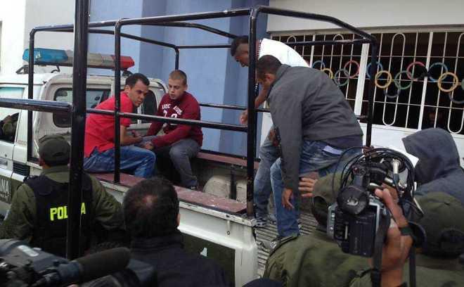 Torcedores corintianos são transportados para participarem da reconstituição no estádio onde ocorreu a morte de Kevin Espada