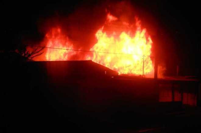As chamas consumiram a residência rapidamente e não deram chance de salvar sequer documentos - Fotos: Alexandre Lima e cedidas