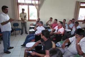 Secretário Edvaldo durante reunião com produtores do Alto Acre (Foto: Assessoria Sedens)