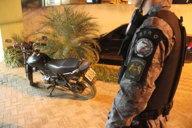 Moto foi levada para a delegacia e depois restituída ao proprietário - Foto: Alexandre Lima