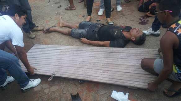 A vítima teve que ser levada para o hospital em cima de uma porta (Fotos: Cedidas à Agência ContilNet)