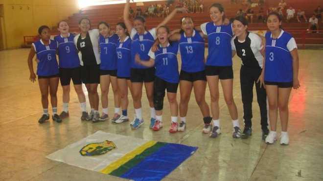 Em comemoração enaltecendo a bandeira da cidade de Brasiléia após a conquista do quarto campeonato - Foto: cedida
