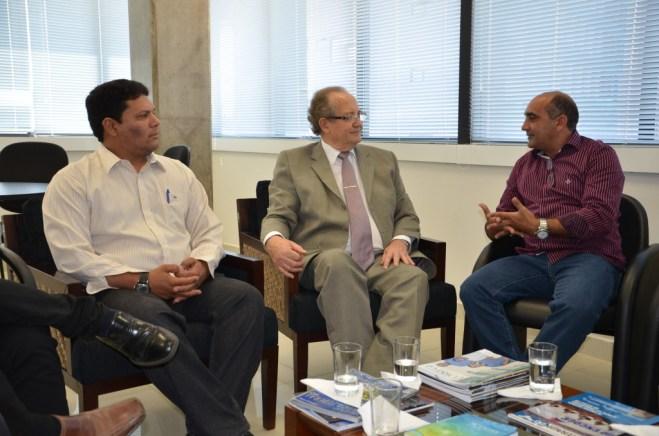 Da esquerda para direita, presidente do Iteracre, Glenilson Figueiredo, corregedor do TJ, Pedro Ranzi e o prefeito de Brasiléia, Everaldo Gomes - Foto: Assessoria
