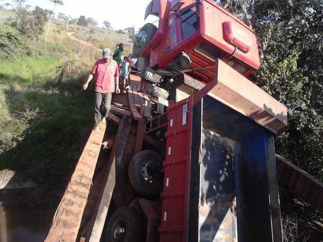 Motorista passou por um grande susto ao tentar passar pela ponte que quebrou - Foto: oaltoacre/cedida