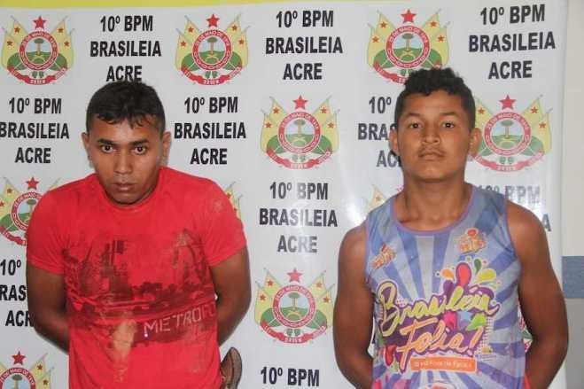 Francisco (e) estava com a droga no bolso e Edivan pilotava a moto sem os devidos documentos - Foto: Alexandre Lima