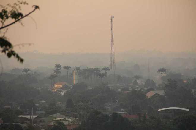 Olhando do alto da cidade de Epitaciolândia, a vizinha Brasiléia quase sumiu devido a quantidade de fumaça que chegou no período da tarde - Foto: Alexandre Lima