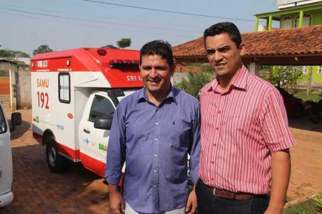 André Hassem (e) e o secretário de saúde, James Andrade, após recebimento da ambulância do SAMU - Foto: Alexandre Lima