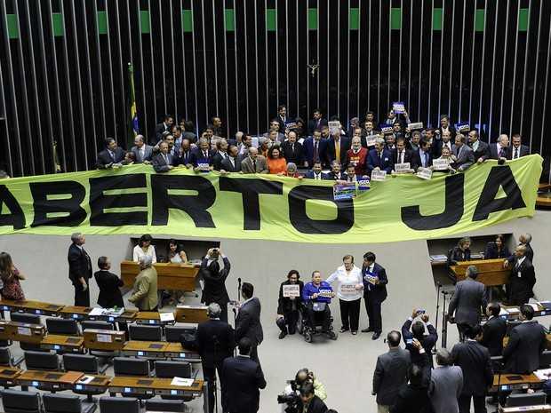 Deputados fazem manifestação pelo voto aberto no plenário da Câmara (Foto: Laycer Tomaz/Câmara dos Deputados)