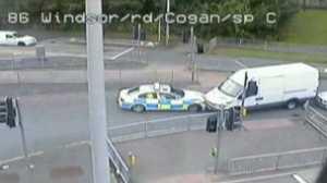 A polícia precisou de várias tentativas até conseguir parar o motorista da van nas ruas de Cardiff
