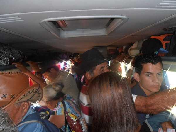 Passageiros registraram a lotação numa viajem de 110 km de Brasiléia à Assis Brasil, na fronteira com o Peru