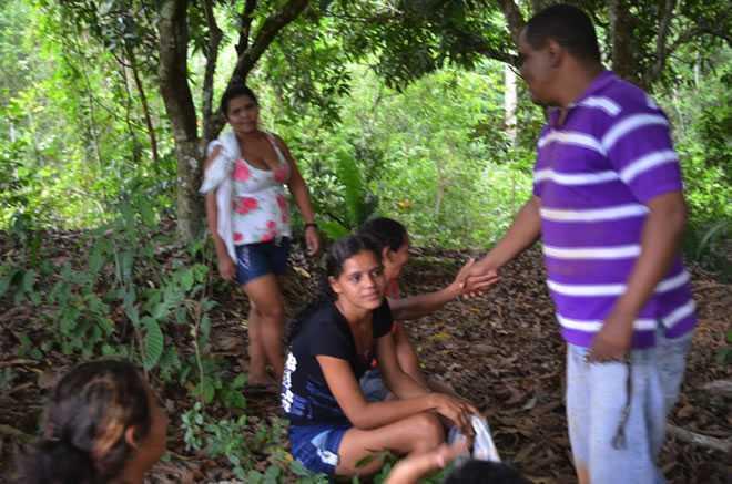 Mário Jorge cumprimentando a comunidade moradora do ramal localizado no km 19 - Foto: Assessoria
