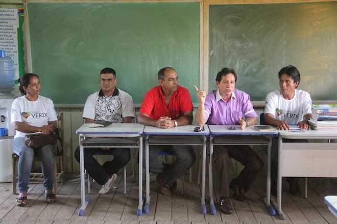 Representantes do Estado e Município durante encontro com o moradores - Foto: Marcus Lima
