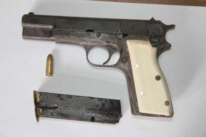 Pistola está com o número de série raspado. É de origem belga e pode ter sido adquirida no lado boliviano - Foto: Alexandre Lima