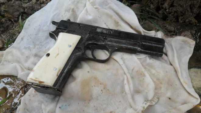 Momento em que a arma foi encontrada debaixo da casa. Seria usada para matar desafeto