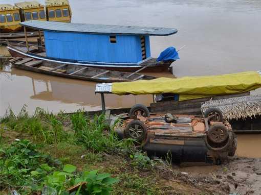 Até a manhã de sábado passado, o carro permanecia 'virado' às margens do rio/Foto: Agência ContilNet