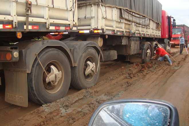 Caminhão afundou em local que foi aterrado na BR 317 próximo de Epitaciolândia - Foto: oaltoacre